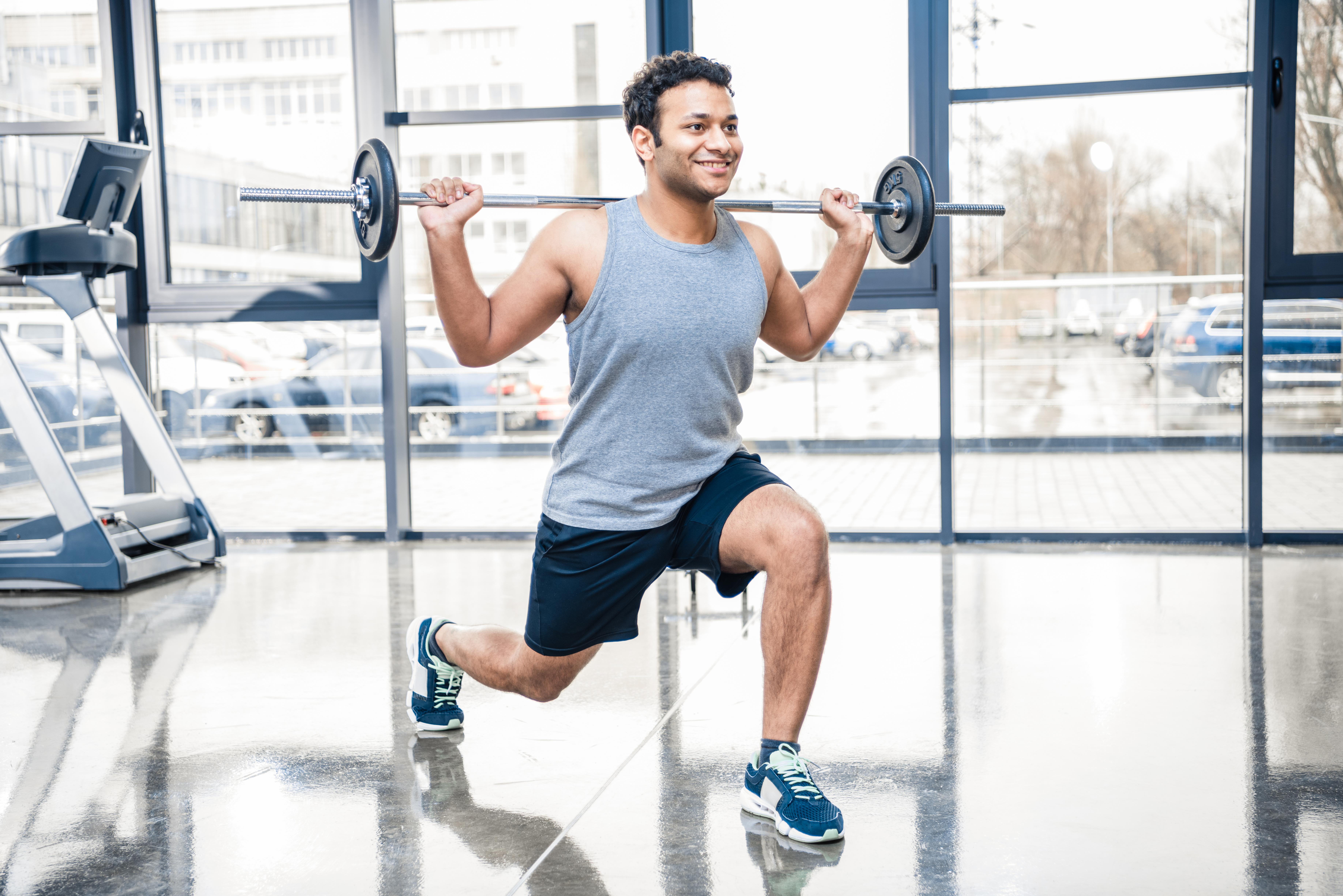 Mann som gjør styrketrening